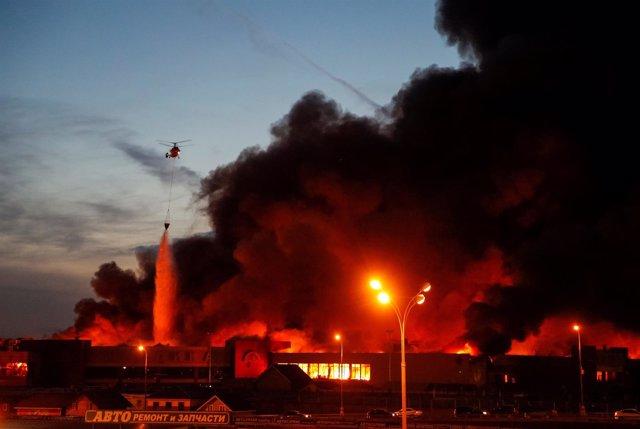 Incendio en un centro comercial cerca de Moscú (Rusia)