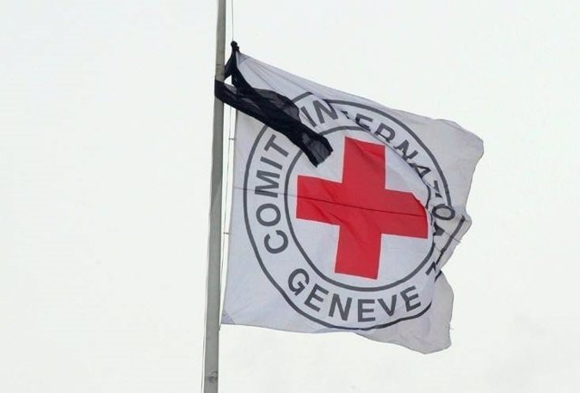 La bandera del Comité Internacional de la Cruz Roja con crespón negro