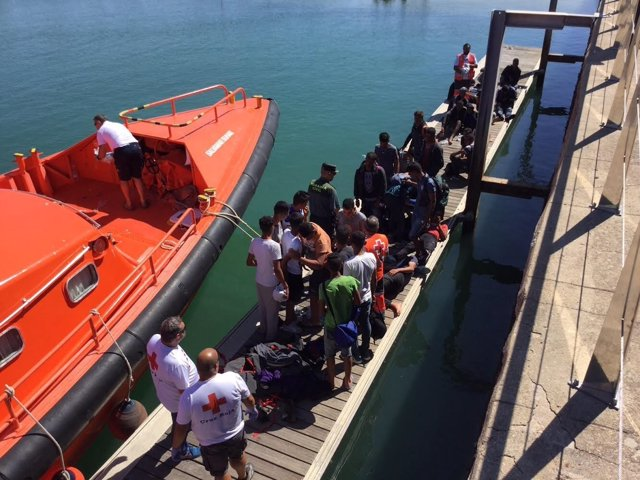 Una patera rescatada cerca de Chiclana (Cádiz)