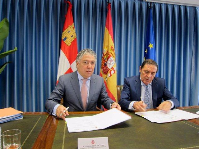 Tomás Burgos junto al consejero de Sanidad de CyL.