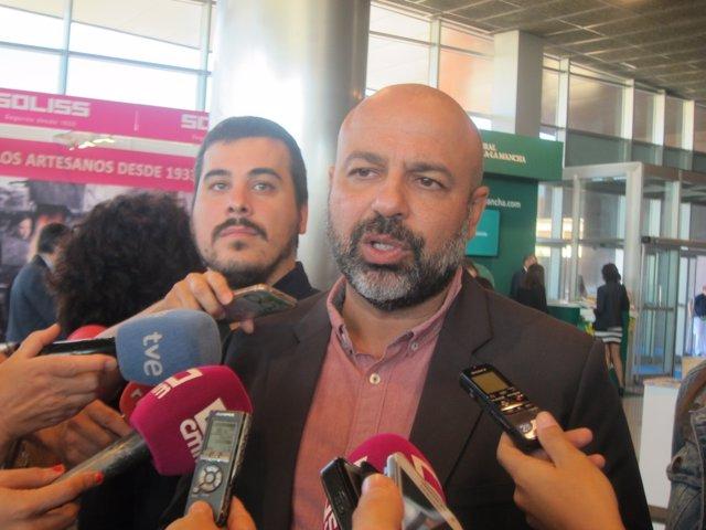 Molina atiende a los medios en Farcama