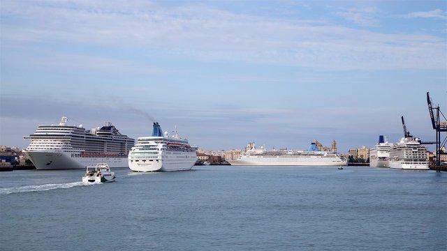 Cruceros en el puerto de Cádiz