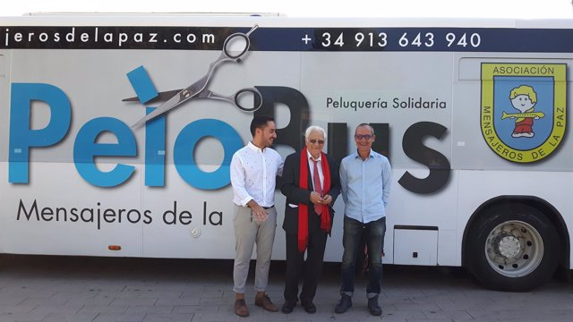 El Padre Ángel, en el centro, y Casanova a la izquierda, presentan la iniciativa
