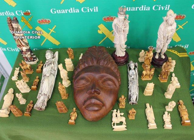 Imagen de las piezas de marfil y ébano intervenidas por la Guardia Civil