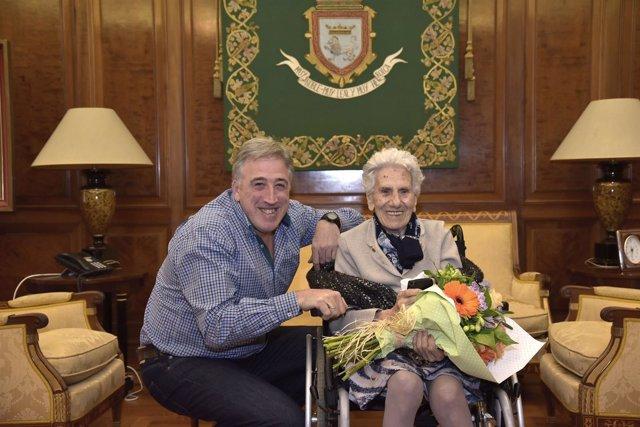 El alcalde con Petra Irigoien.
