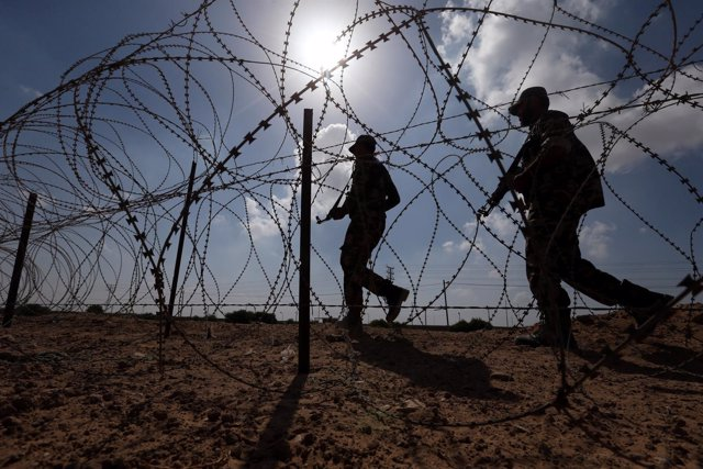 Fuerzas palestinas en el paso de Rafá, en la Franja de Gaza