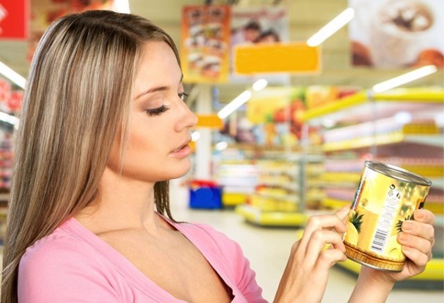 Una mujer leyendo una etiqueta. Etiquetado nutricional