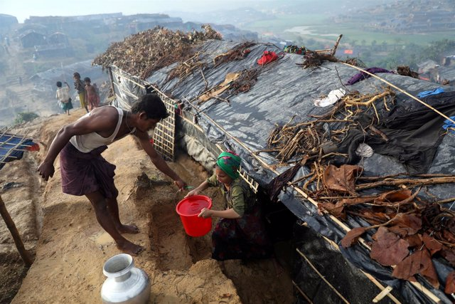 Refugiados rohingya recolectan agua en un campo de refugiados