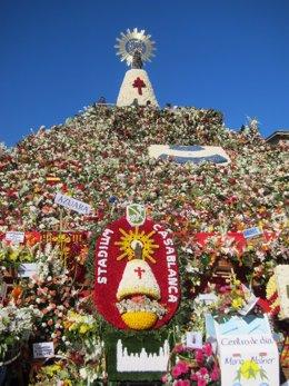 Ofrenda de flores de la Virgen del Pilar con manto blanco