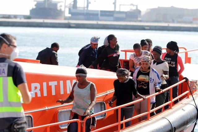 Patera, Málaga, puerto, inmigrantes, rescatados,