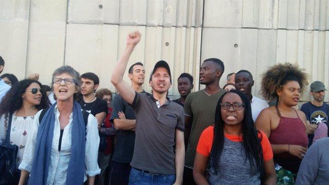 Manifestantes ante el CIE de Aluche pidiendo su cierre