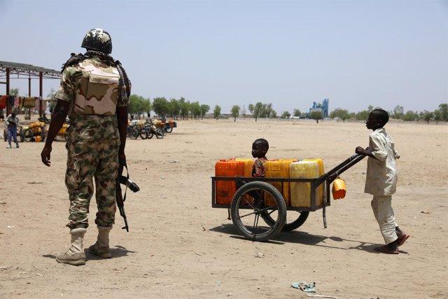 Un soldado y un niño en Nigeria