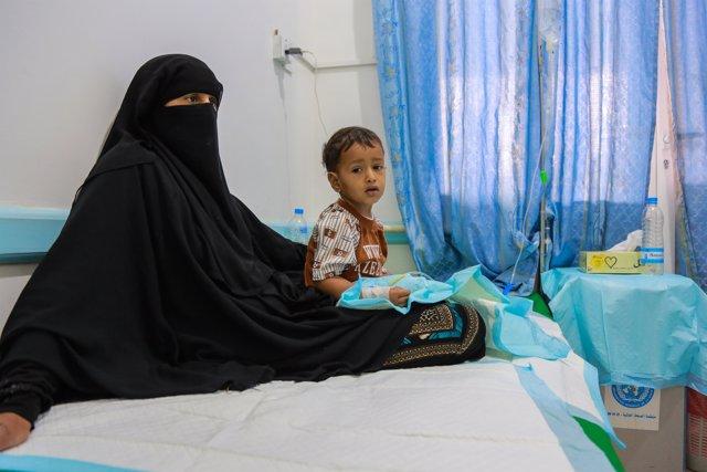 Mare amb el seu fill malalt de còlera al Iemen
