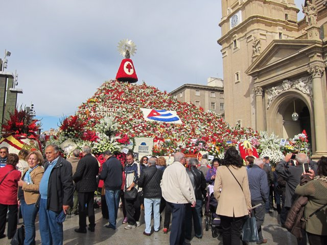 Zaragozanos y visitantes contemplan la Ofrenda de Flores a la Virgen del Pilar