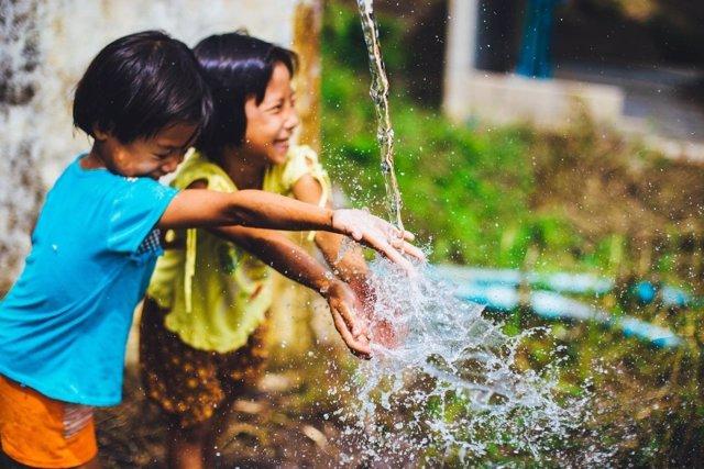 Niños jugando, agua, fuente