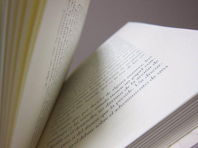 Libro entreabierto.