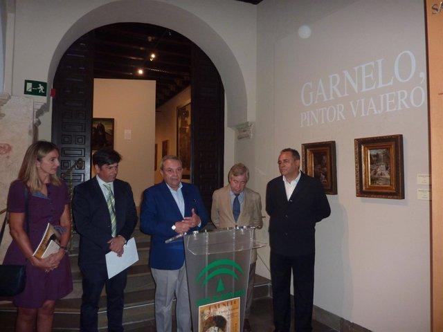 Alcalde (centro), en la inauguración de la exposición