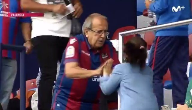 Un abuelo jugando con su nieta a las palmas en el Ciudad de Levante