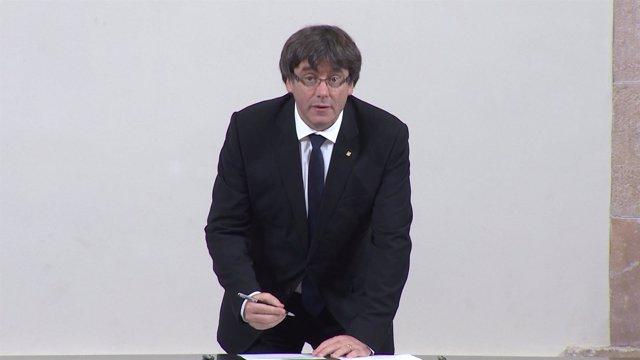 Puigdemont y Forcadell firman la declaración de independencia