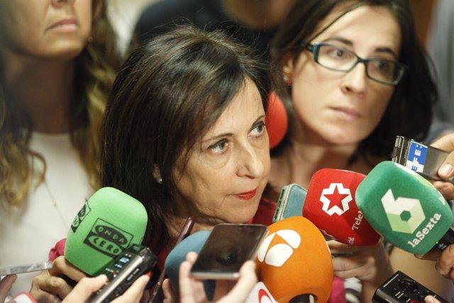Margarita Robles atiende a los medios en el Congreso