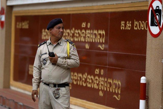 Policía frente a un juzgado de Phnom Penh