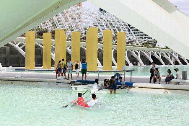 Turistas en la Ciudad de las Artes y las Ciencias de València