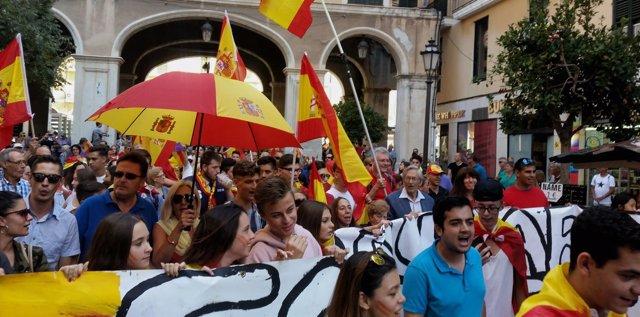 Unas 350 personas se manifiestan en Palma al grito de 'España no se rompe'