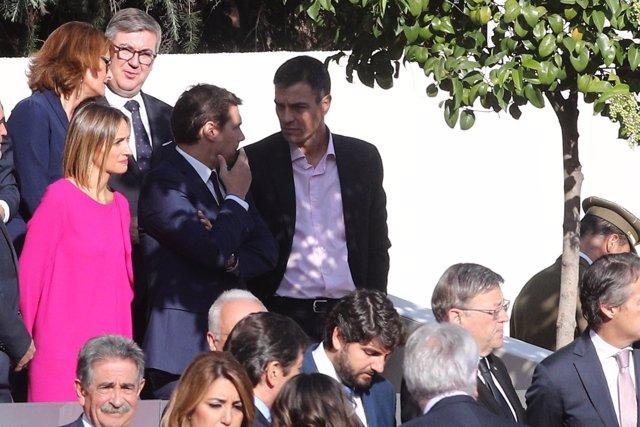 Rivera i Sánchez xerren abans de la desfilada del dia de la Hispanitat