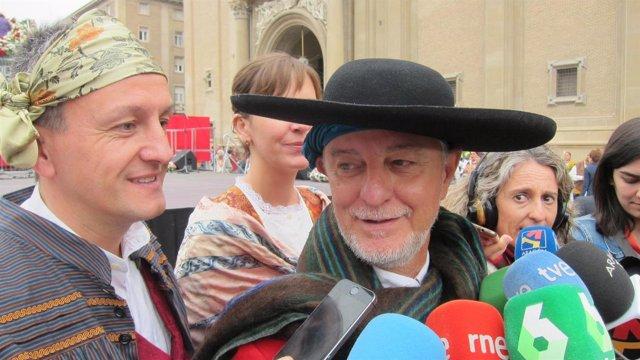 El alcalde de Zaragoza, Pedro Santisteve, asiste a la Ofrenda de Flores