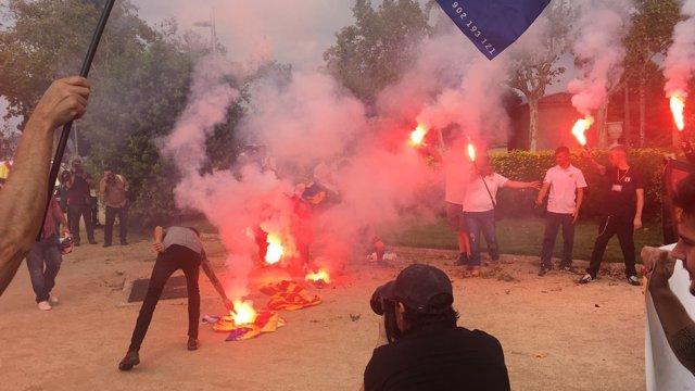 Uns ultres cremen banderes estelades a Barcelona