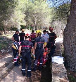 Bomberos rescatan a una ciclista atrapada en una pinada de Xàbia (Alicante)