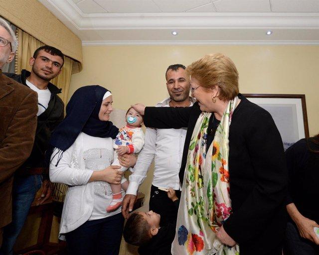 La presidenta chilena, Michelle Bachelet, recibe a refugiados sirios
