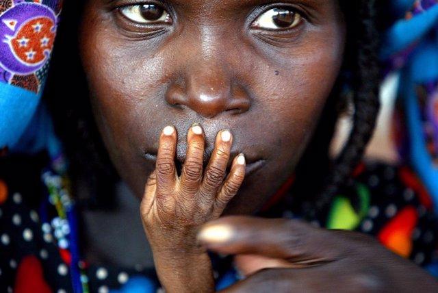 Una mujer y su hijo en Níger