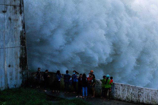 Una planta hidroeléctrica abre las puertas por las inundaciones en Vietnam.
