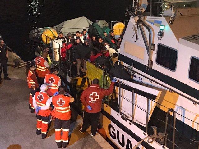 Voluntarios de Cruz Roja en el desembarco de inmigrantes