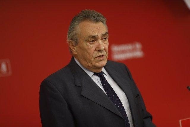 Manuel Escudero en rueda de prensa en la sede del PSOE