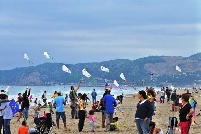 Cometas por la paz en la playa de Castelldefels (Barcelona)