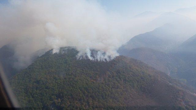 Imagen aérea del incendio en Matalavilla del Sil