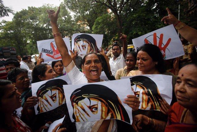Manifestación en protesta por la violación de una periodista india
