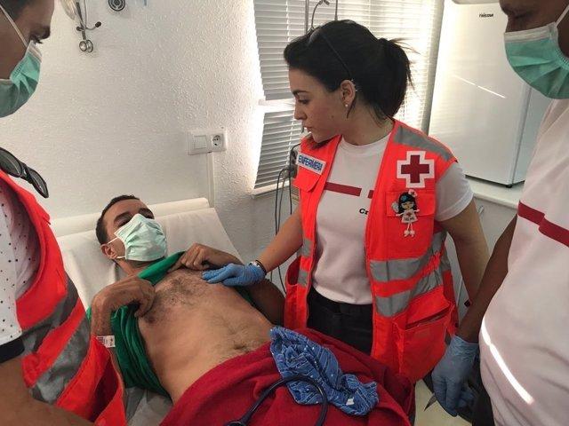 Cruz Roja atendiendo a uno de los inmigrantes