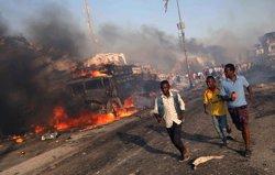 Almenys 185 morts i més de 200 ferits en els atemptats d'ahir a Mogadiscio (REUTERS / FEISAL OMAR)