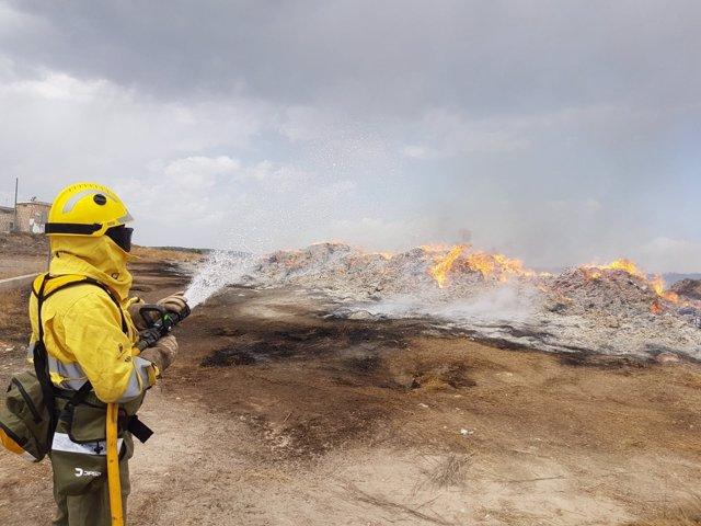 Los Bomberos trabajan en la zona del incendio