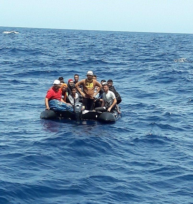Rescatados 25 varones magrebíes de una patera a 17 millas de Punta Sabinal