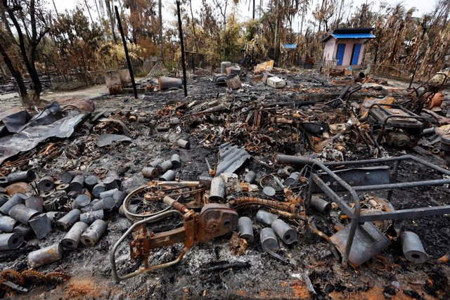 Restos de una casa quemada en el estado de Rajine, Birmania