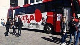 El autobús de la campaña de donación de sangre en la UPNA.