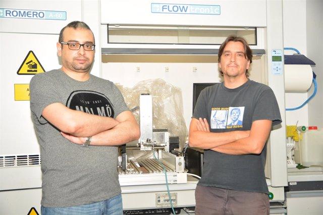 Los investigadores posan delante del laboratorio