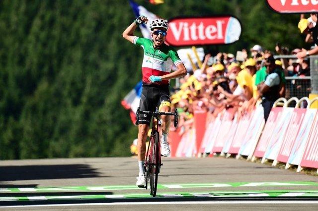 Fabio Aru celebra su victoria en La Planche des Belles Filles