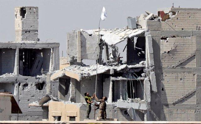 Las FDS colocan una bandera blanca en el hospital de Raqqa