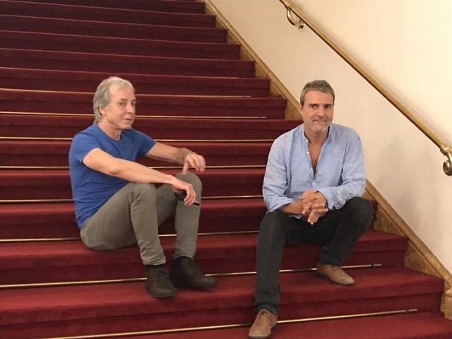 El músico Fernando Egozcue y el actor Alberto San Juan en el T.Romea