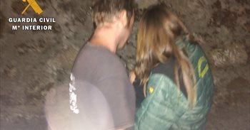 Encuentran dormida y protegida por su perro a una niña de 2 años que estuvo 7 horas perdida en el monte en Ávila
